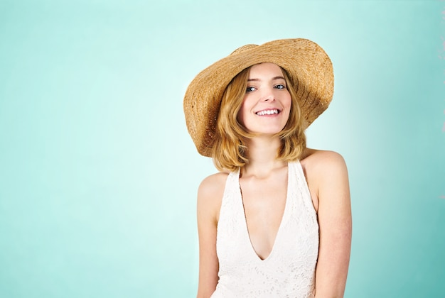 Jovem, mulher sorridente, em, swimsuit, e, chapéu palha