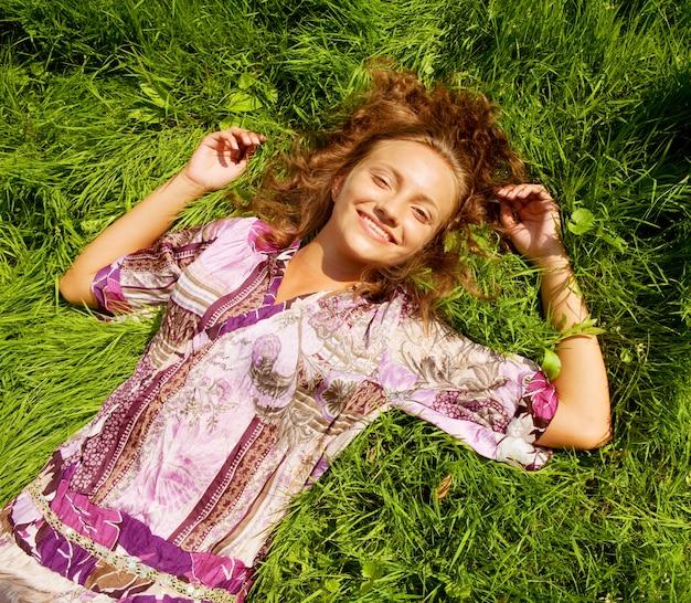 Jovem mulher sorridente na grama