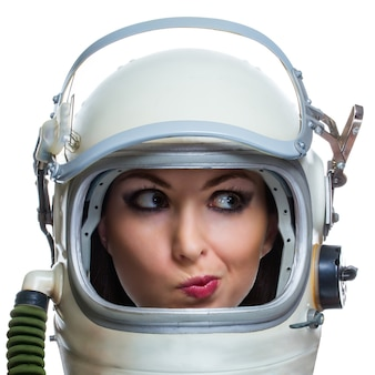 Jovem mulher sorridente usando capacete espacial vintage, isolado no fundo branco. conceito de mulher de beleza espacial