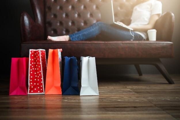 Jovem mulher surfando a internet para fazer compras.