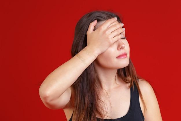 Jovem mulher tem dor de cabeça