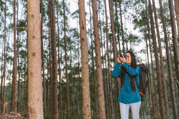 Jovem mulher tirando foto com a câmera