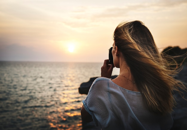 Jovem mulher tirando fotos do conceito
