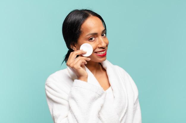 Jovem mulher tirando maquiagem