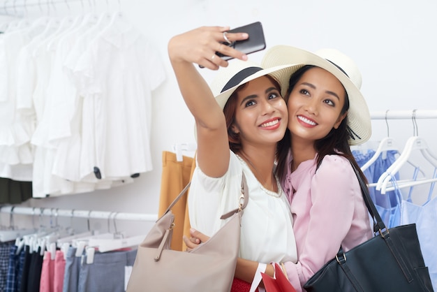 Jovem mulher tomando selfie com amigo