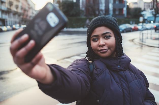 Jovem mulher tomando selfie