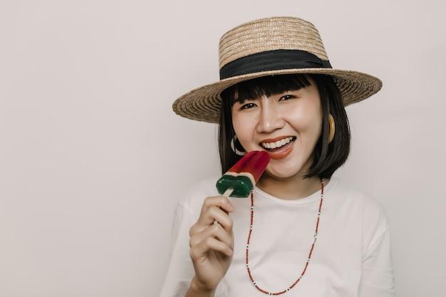 Jovem mulher tomando sorvete, ela está muito feliz