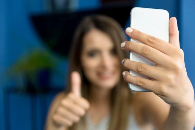 Jovem mulher tomando uma selfie