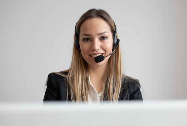 Jovem mulher trabalhando em call center