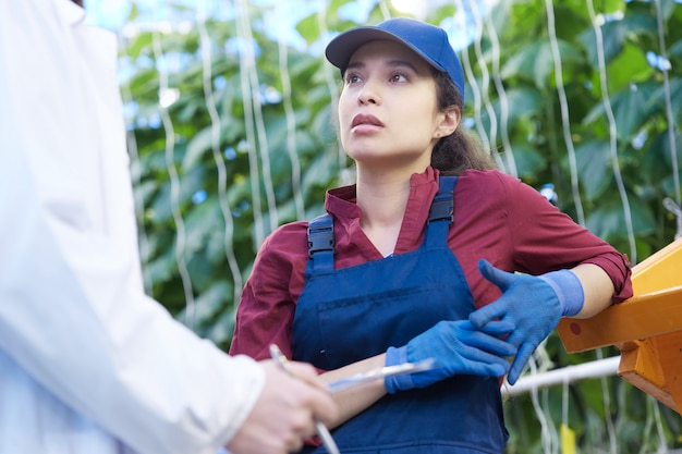 Jovem mulher trabalhando na plantação