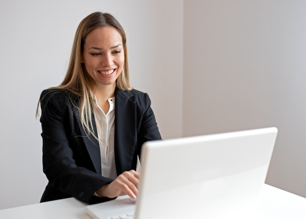 Jovem mulher trabalhando no escritório
