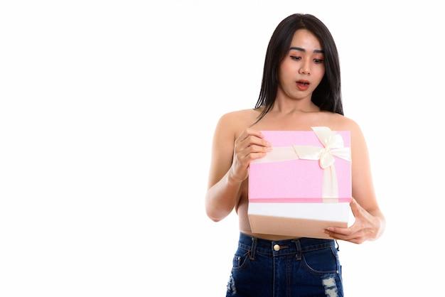 Jovem mulher transgênero asiática abrindo caixa de presente
