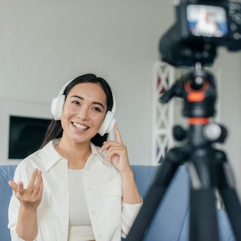 Jovem mulher transmitindo ao vivo de casa