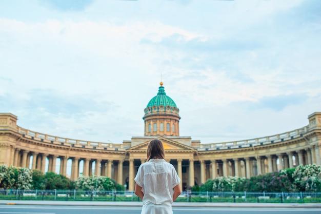 Jovem mulher uma das igrejas mais famosas e museus da rússia catedral de kazan