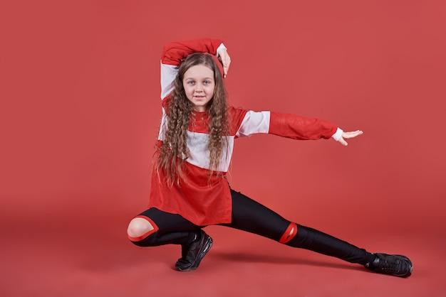 Jovem mulher urbana dançando, adolescente magro moderno estilo hip-hop