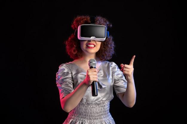 Jovem mulher usando fone de ouvido de realidade virtual com microfone