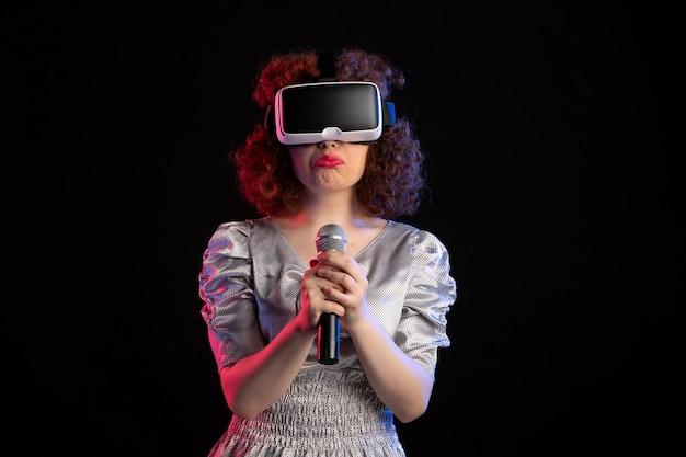 Jovem mulher usando fone de ouvido de realidade virtual com música de vídeo de tecnologia de microfone