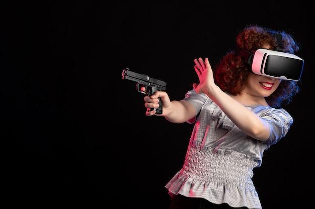 Jovem mulher usando fone de ouvido de realidade virtual com vídeo visual de videogame de tecnologia de visão de arma