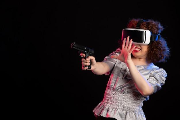 Jovem mulher usando fone de ouvido de realidade virtual com vídeo visual de videogame de tecnologia de visões de arma