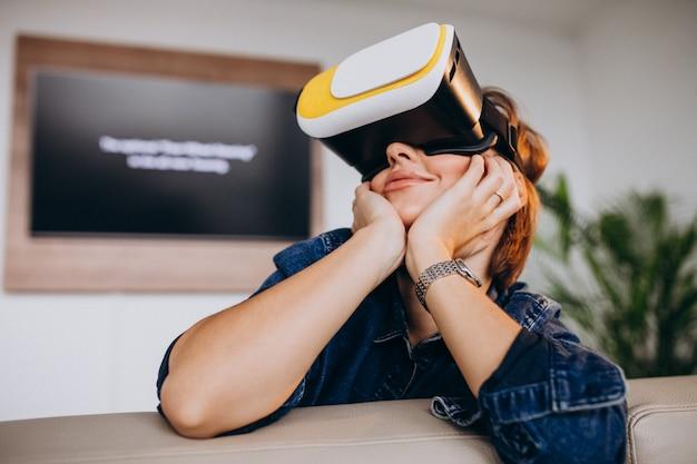 Jovem mulher usando óculos vr e assistindo jogo virtual