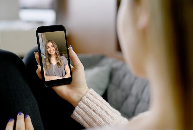 Jovem mulher usando smartphone para videochamada. foto de alta qualidade