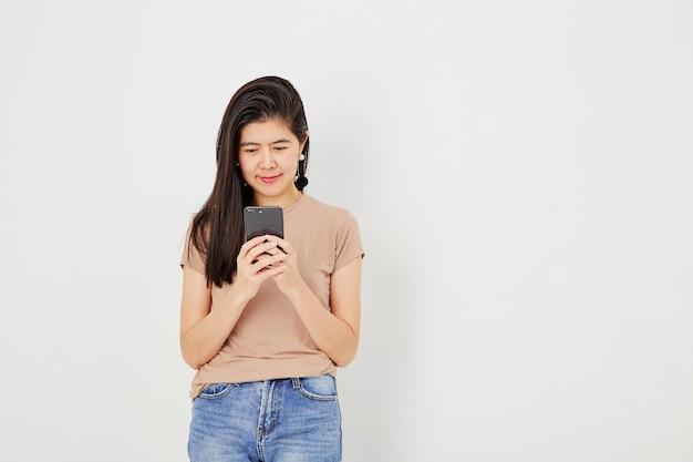 Jovem, mulher, uso, móvel, telefone