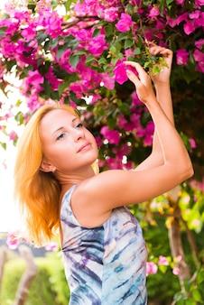Jovem mulher vermelha com flores