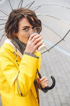 Jovem mulher vestida com capa de chuva