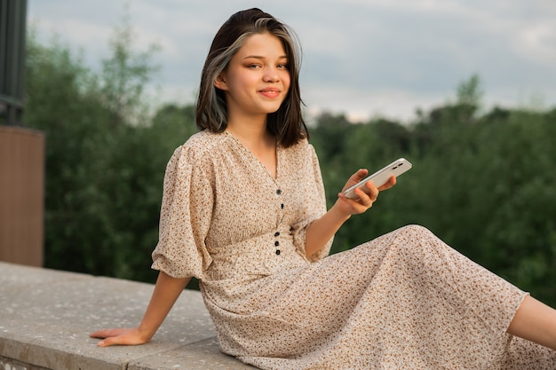 Jovem mulher vestida com telefone celular