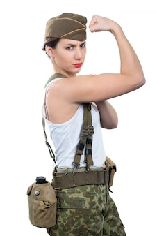 Jovem mulher vestida de uniforme militar da segunda guerra mundial mostrar seu bíceps