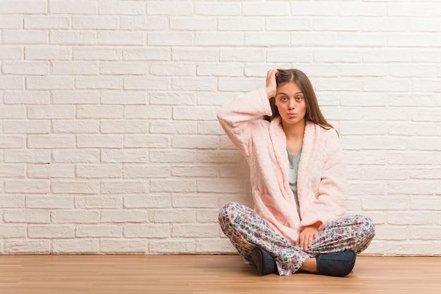 Jovem mulher vestindo pijama preocupado e oprimido