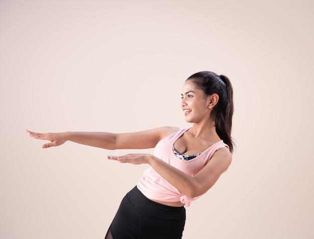 Jovem mulher vestindo roupas de esporte e fazendo exercício