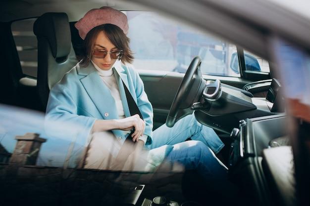 Jovem mulher viajando de carro elétrico