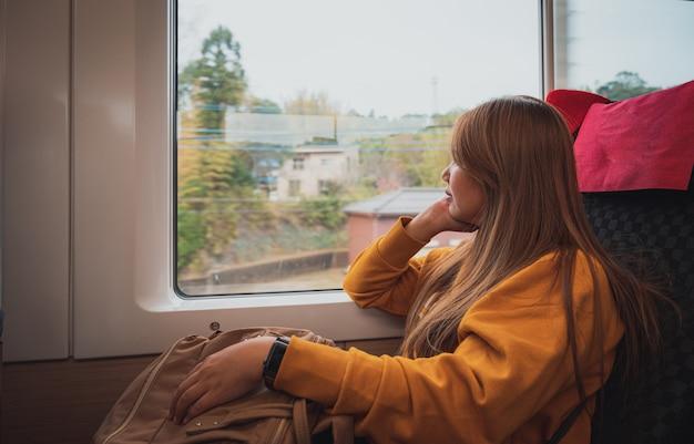Jovem mulher viajando de trem no japão