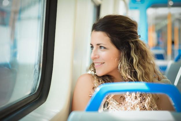Jovem mulher viajando de trem