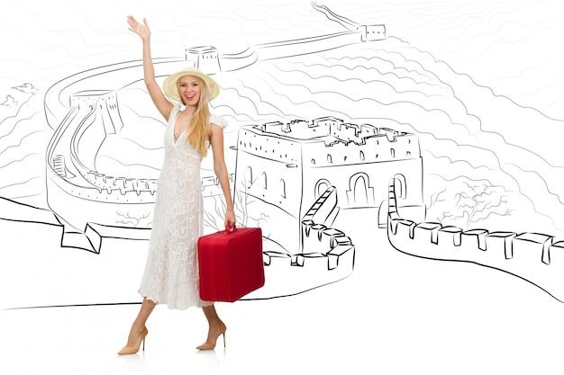 Jovem mulher viajando para a china para ver a grande muralha