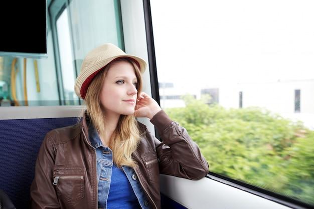Jovem mulher viajar de trem em copenhague dk