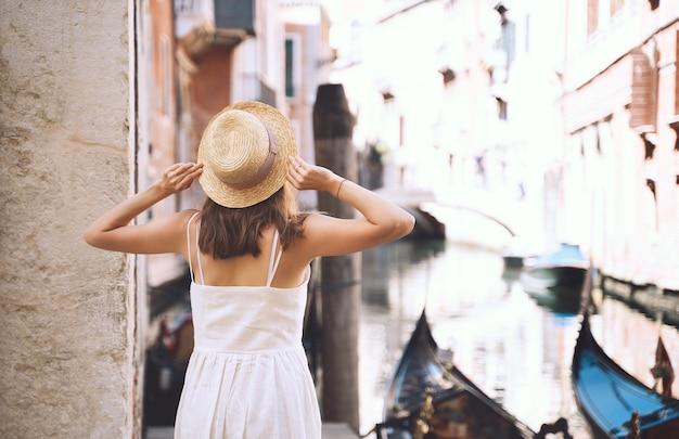 Jovem mulher viajar itália europa bela vista em veneza turista caminhando nas ruas na venezia