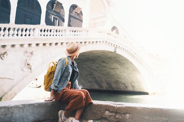 Jovem mulher viajar itália férias na europa garota turista andando nas ruas na venezia