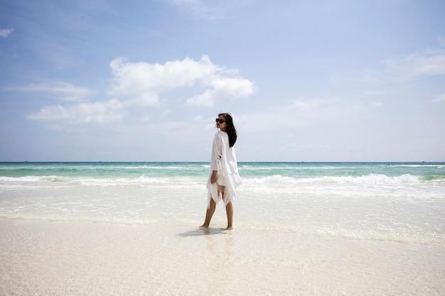 Jovem mulher vietnamita na praia