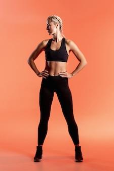 Jovem mulher vista frontal no sportwear