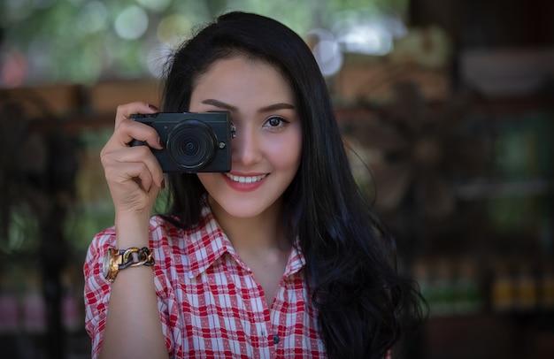 Jovem, mulheres asian, menina, fotografar, com, um, câmera digital