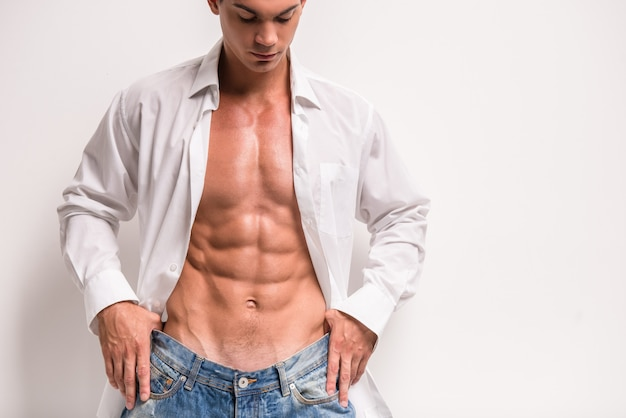 Jovem, muscular, homem, em, abertos, camisa