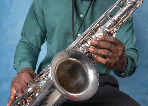 Jovem músico afro-americano comemorando o dia internacional do jazz