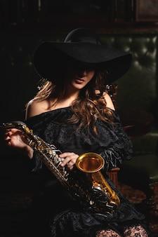 Jovem músico atraente com um saxofone