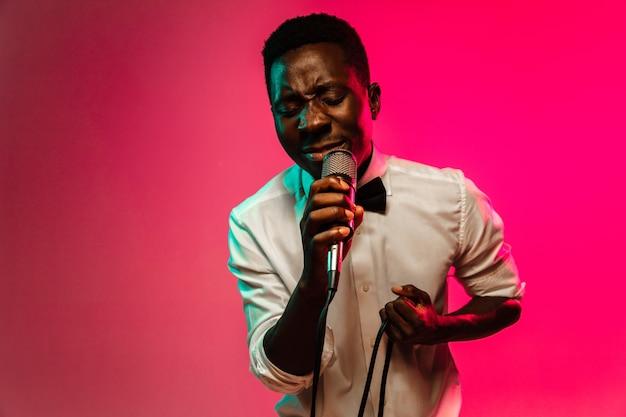 Jovem músico de jazz afro-americano cantando uma música