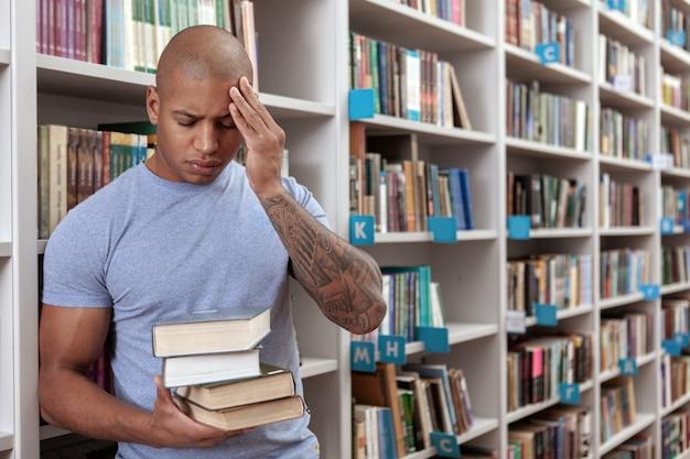 Jovem na biblioteca ou livraria