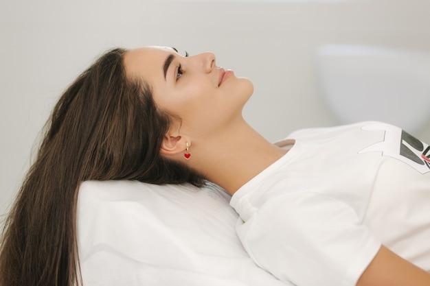 Jovem na cosmetic beauty spa clinic à espera de procedimento de beleza