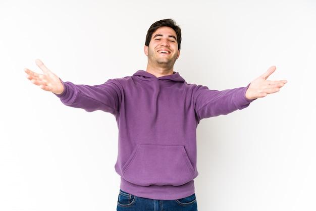 Jovem na parede branca se sente confiante dando um abraço