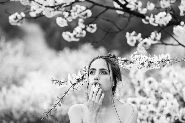 Jovem na primavera, natureza, moda e juventude. beleza e moda, spa e relaxar, garota em flores.